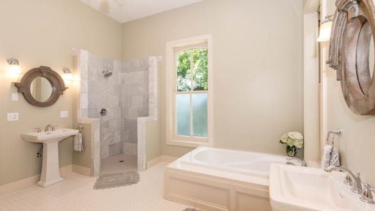 Stylowe wykończenie łazienki marmurem