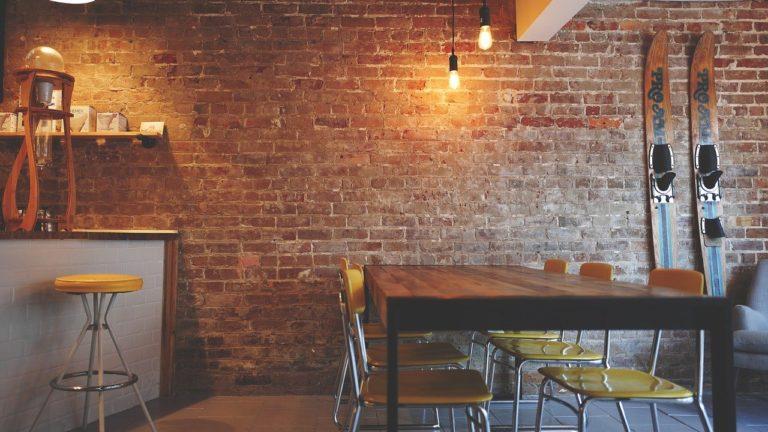 Jakie kupić stoły do restauracji?