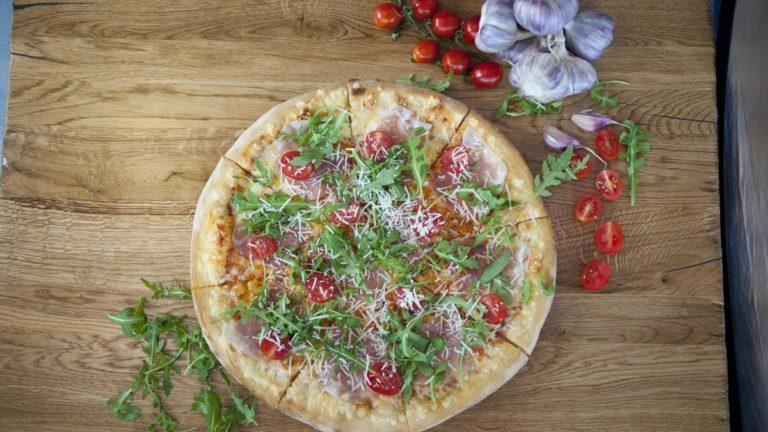 Włoska pizza – narodowa potrawa i symbol dobrego smaku