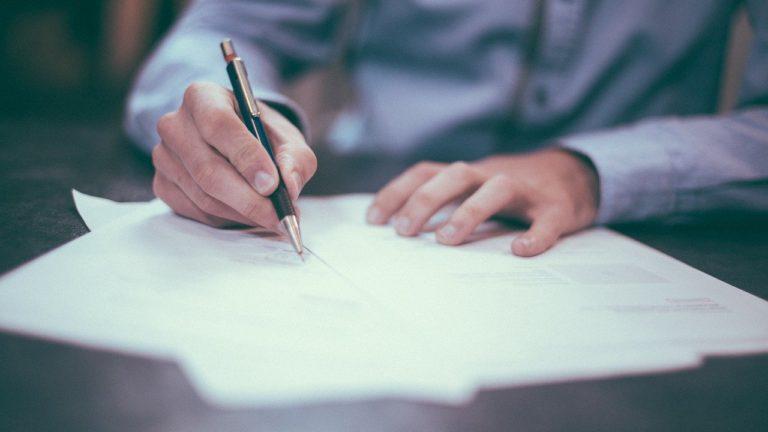 Tłumacz przysięgły przygotuje dokumentny w języku obcym