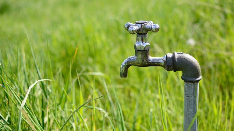 W jakich sytuacjach należy zwrócić się po pomoc do hydraulika