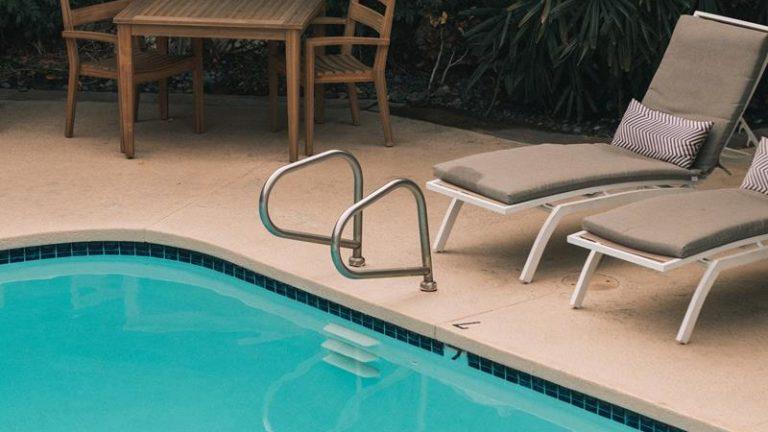 Rola folii basenowych i drabinek w bezpiecznym korzystaniu ze zbiornika