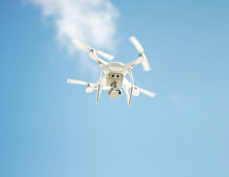 Czy drony mogą bezpiecznie latać w pomieszczeniach zamkniętych?